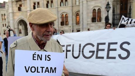 Manifestation devant le parlement hongrois le 30 septembre 2016, contre la politique migratoire du gouvernement Orban. Des activistes tiennent une bannière