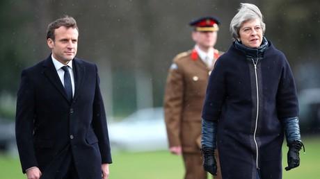 Emmanuel Macron et Theresa May, inspectant les troupes britanniques le 18 janvier 2018 à l'Académie militaire royale de Sandhurst.