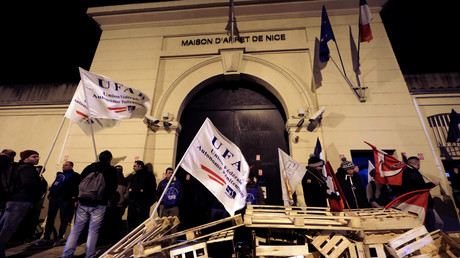 Les manifestants devant la maison d'arrêt de Nice (photo du 15 janvier)