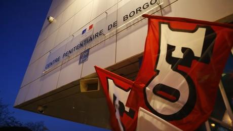 Des drapeaux du syndicat FO, devant le centre pénitentiaire de Borgo, en Corse