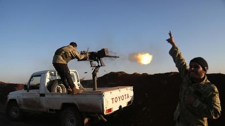 Des combattants rebelles soutenus par la Turquie de l'Armée syrienne libre, ouvrant le feu sur des combattants kurdes des YPG, dans la région syrienne d'Afrin, le 20 janvier 2018