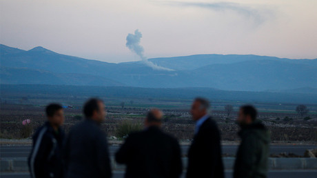 De la fumée s'élève dans la région syrienne d'Afrin. Photo prise le 20 janvier 2018 en Turquie à proximité de la frontière syrienne.