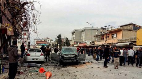 Voitures endommagées à Reyhanli, localité turque visée par des missiles tirés depuis la Syrie.
