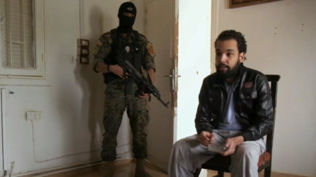 Un djihadiste présumé face à son geôlier.