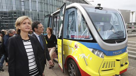 Valerie Pecresse lors du lancement d'une nouvelle ligne de bus dans la quartier de la Défense en banlieue ouest de Paris en juillet 2017.
