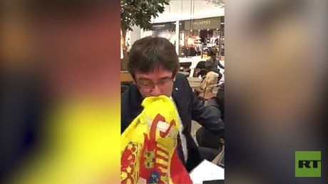 Carles Puigdemont embrasse le drapeau espagnol