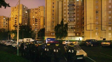 Essonne : des habitants d'un immeuble frappent deux policiers puis lâchent un pitbull