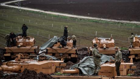Des soldats turcs qui prennent part à l'opération «Rameau d'Olivier» près de la frontière syrienne à Hassa, le 25 janvier