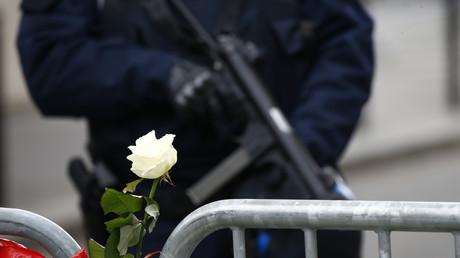 Une rose blanche est attachée à une barrière près du Bataclan après les attentats de Paris du 13 novembre 2015