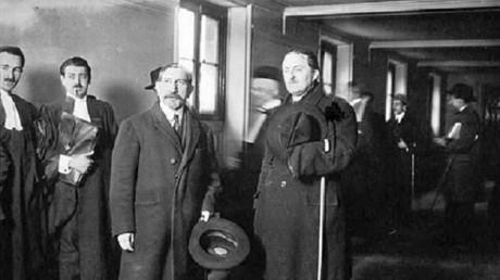 A gauche, Charles Maurras, à droite Les Camelots du Roi au Palais, à droite Maxime Real del Sarte, fondateur et chef des Camelots du roi