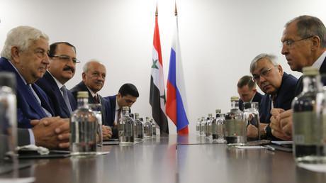 Le ministre russe des Affaires étrangères Sergueï Lavrov rencontre son homologue syrien Walid al-Moualem à Sotchi le 11 octobre 2017.