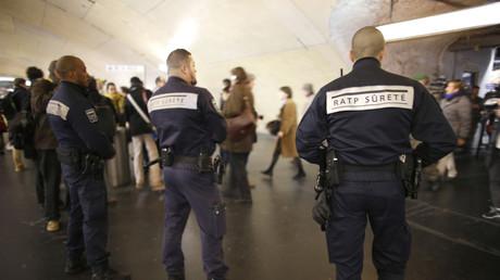 Une patrouille de sécurité dans les couloirs du RER à Paris, décembre 2015, illustration