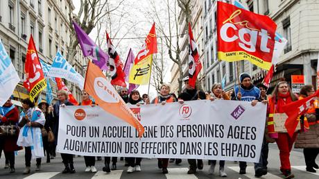 Des grévistes manifestent dans les rues de Lyon