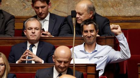 François Ruffin assis à côté de François de Rugy sur les bancs de l'Assemblée nationale en juin 2017, illustration