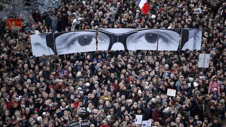 Des milliers de Français défilent en hommage à Charlie Hebdo dans les rues de Paris, le 11 janvier 2015