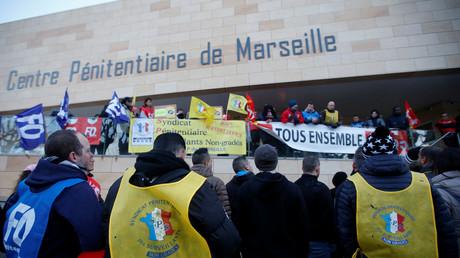 Gardiens de prison et syndicats bloquant la prison des Baumettes à Marseille le 22 janvier.