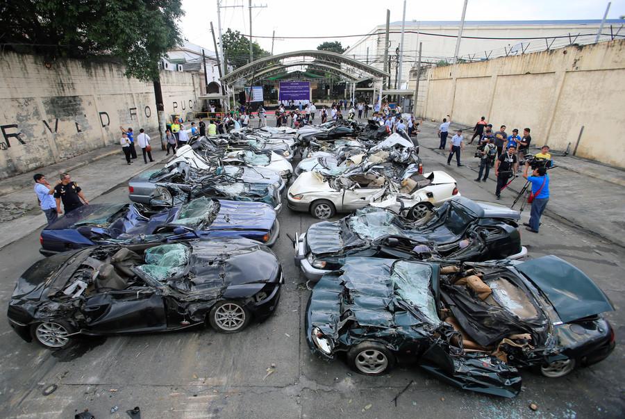 Message aux fraudeurs : Duterte fait pulvériser des voitures de luxe par des bulldozers (VIDEO)