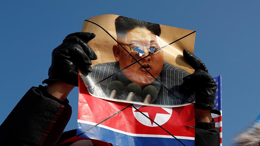 JO 2018 : des manifestants déchirent des portraits de Kim Jong-un et défient la police (IMAGES)