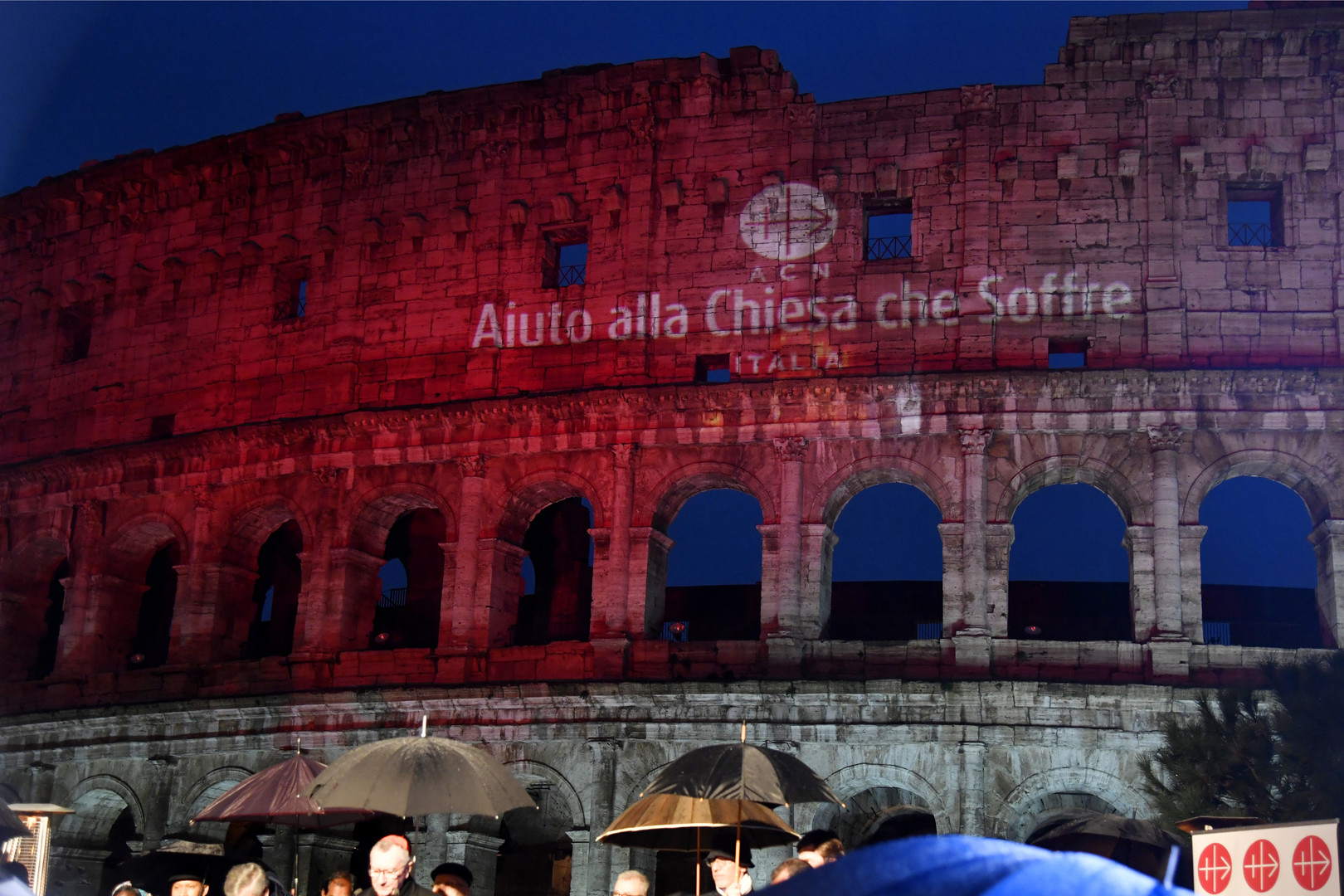 Le Colisée de Rome illuminé en rouge en hommage aux chrétiens persécutés dans le monde (VIDEO)