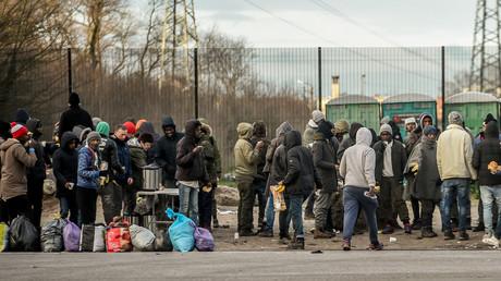 Un groupe de migrants dans les environs de Calais, le 2 février