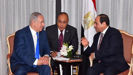Le Premier ministre israélien Benjamin Netanyahou et le président égyptien Abdel Fattah Al-Sissi lors d'une rencontre à New York en septembre 2017 visant à relancer le processus de paix au Moyen-Orient