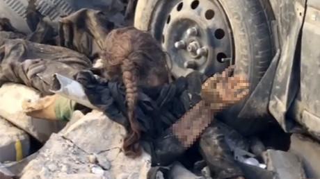 Une fillette gisant dans les décombres de Mossoul : l'autre symbole de la guerre (IMAGES CHOC)