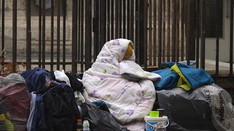 Une femme SDF dans la rue à Paris en décembre 2014.