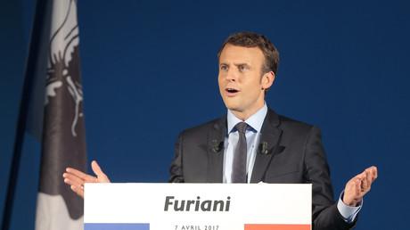 Emmanuel Macron en campagne électorale à Furiani, derrière lui, les drapeaux français et corse, avril 2017, illustration.