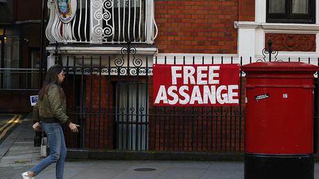 Une femme passe devant un panneau sur lequel est écrit «liberté pour Assange» sur la façade de l'ambassade d'Equateur à Londres