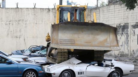Destruction de voitures de luxe au bureau des douanes à Manille.