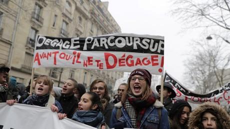 Les étudiants, les lycéens et l'intersyndicale enseignante étaient réunis à Paris sous la neige à Paris le 6 février.