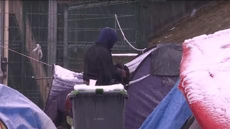 Un SDF d'origine afghane vivant dans une tente sur les quais du Canal Saint-Martin dans le 10e arrondissement de Paris, subissant les températures négatives du mois de février 2018