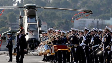 Emmanuel Macron sur le navire Dixmude dans la rade de Toulon, lors de ses vœux aux armées, janvier 2018, illustration