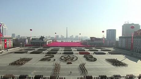 Danseuses du sabre et missiles : défilé gigantesque de la Corée du Nord à la veille des JO