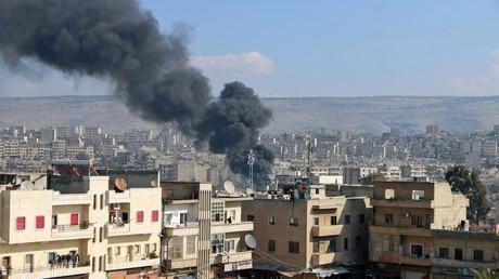 Colonne de fumée consécutive aux frappes turques sur la ville d'Afrin le 31 janvier 2018