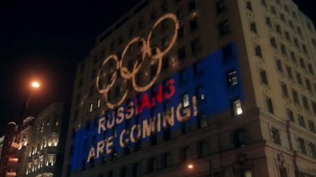 «Les Russes arrivent» : une projection géante apparaît sur le siège de l'AMA à Montréal