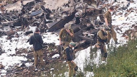 Des soldats israéliens près du F-16 abattu