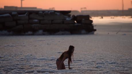 Une jeune fille brave les eaux glacées de la mer Caspienne par -17°C