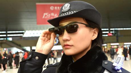 Un officier de police équipé des lunettes à reconnaissance faciale à Zhengzhou, en Chine, février 2018