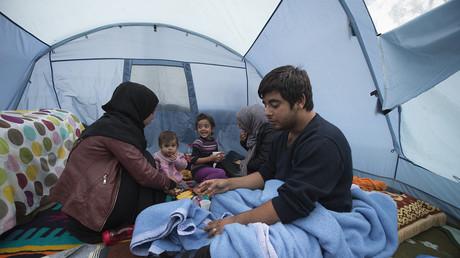 Une famille réfugiée syrienne est assise dans une tente dans un camp de fortune à la Porte de Saint-Ouen, dans le nord de Paris (Image d'illustration).