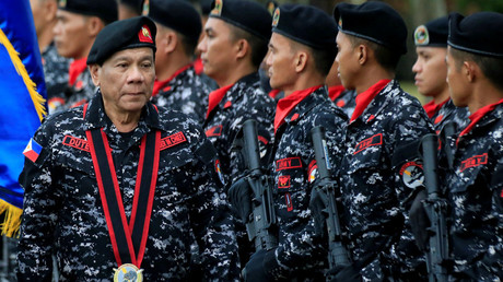 Illustration : Rodrigo Duterte passe en revue des soldats, photo ©Romeo Ranoco/Reuters
