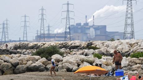 Photo prise en juin 2017 à Fos-sur-Mer avec en fond les fumées d'une usine d'acier.