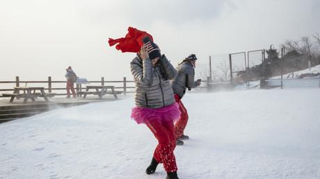 Quelques courageuses Américaines affrontent le vent lorsque le départ du slalom féminin de ski alpin a été reporté en raison des conditions climatiques