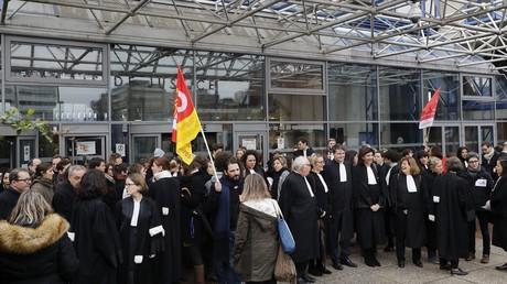 Avocats rassemblés à l'appel de divers syndicats contre le projet de réforme de la justice, devant le Tribunal de grande instance de Bobigny le 15 février 2018.