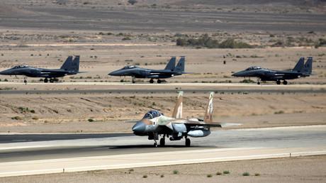 Illustration : un F-15 israélien et trois F-15 américains sur la base d'Ovda (Israël) en juillet 2017, photo ©Amir Cohen/Reuters