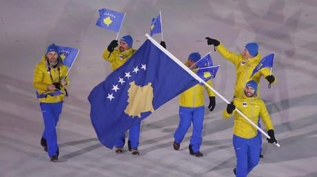 La délégation du Kosovo aux JO de Pyeongchang arbore des vêtements et un drapeau faisant référence à l'Union européenne, photo ©Stefano Rellandini/Reuters