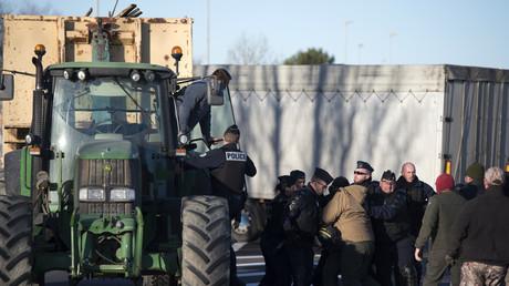 Agriculteurs de la FNSEA et Jeunes Agriculteurs se disputant avec la police lors d'un blocage de la A55 à Arles dans le sud de la France le 12 février 2018.