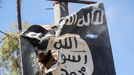 Drapeau de l'Etat islamique arraché, à l'ouest de Mossoul en août 2017 (illustration)