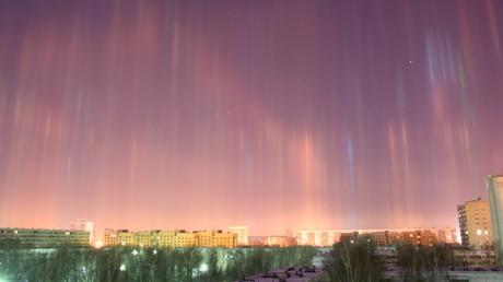 Le ciel de Saint-Pétersbourg illuminé par de spectaculaires faisceaux de lumière (IMAGES)