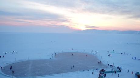 Une patinoire géante en forme de cœur s'illumine au lac Baïkal